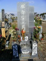 墓石白ペンキ工事前