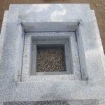 一枚石の御影石納骨室の上にしっかり組んである四ツ石