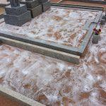 塩を撒いた墓地
