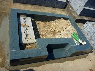 外柵基礎石の中に埋められた竿石
