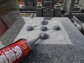 台石も同じように免震シリコン+免震接着剤施工で地震対策施工
