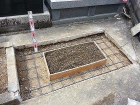 鉄筋を入れて基礎コンクリートを打ちます