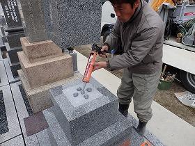 仏石も免震シリコン+免震接着剤施工で地震対策施工