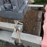 中の土と外れてしまった外柵基礎石を取り外します