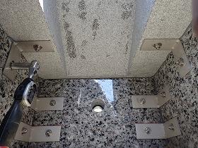 御影石納骨室と台石もステンレス金具をトルクレンチでしっかり締め付け