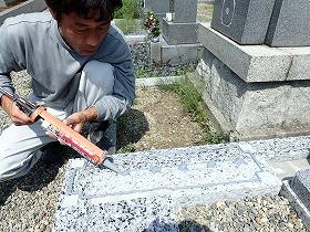 墓誌も耐震接着剤でしっかり固定
