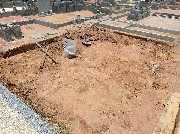 墓所が大きいので、壊すのも大変です