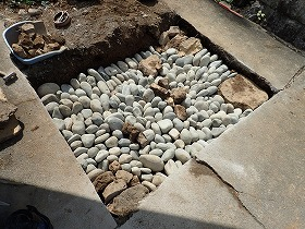 栗石を並べて地盤補強
