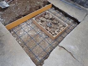 鉄筋を入れてコンクリートを打ちます