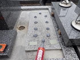 墓誌も補強石に接着剤で固定します