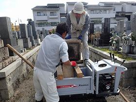 小型運搬車でお墓を回収2