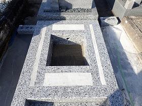 御影石納骨室の中には洗い砂
