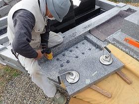 墓誌も耐震接着剤で施工します