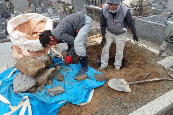 コンクリートの残骸や玉石