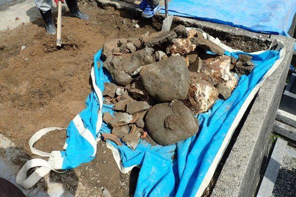 コンクリートの残骸や玉石2