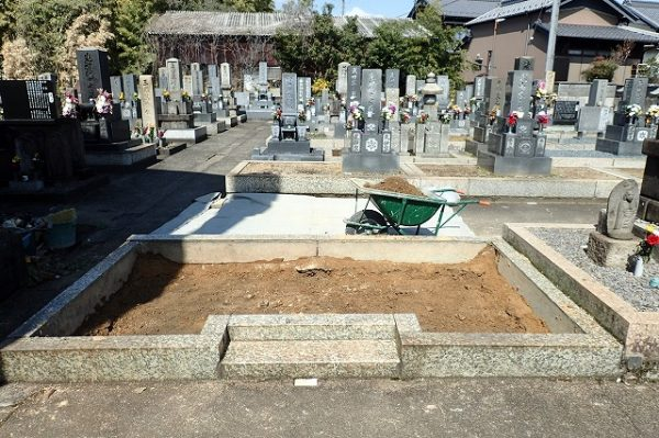お墓を解体して土を回収しました