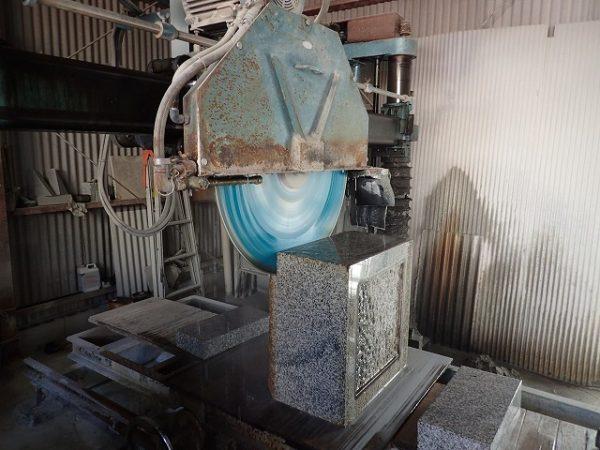工場で台石を切断