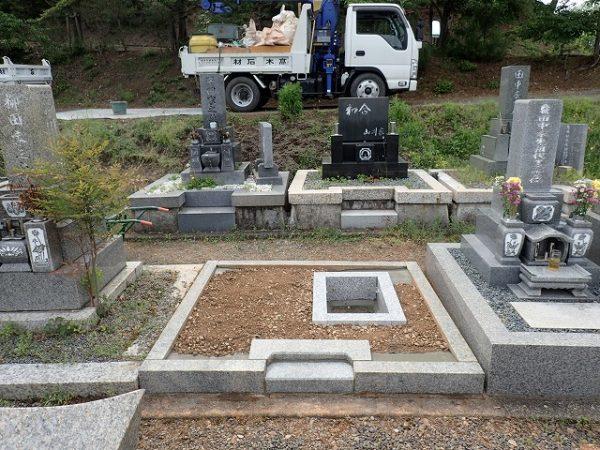 御影石納骨室と外柵基礎石の補強