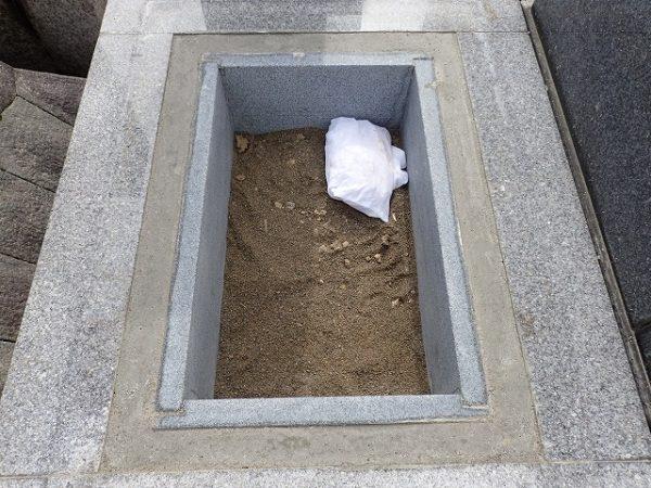 洗い砂を入れて、お骨を納めました