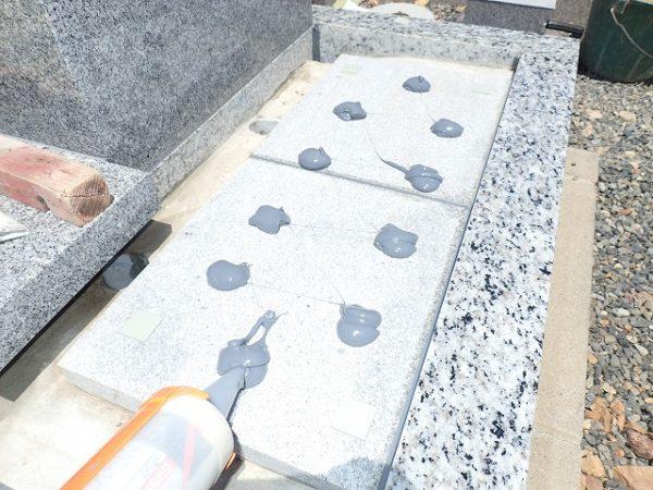 墓誌も補強石の上に耐震接着剤で接着