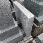 狭い所にある墓誌