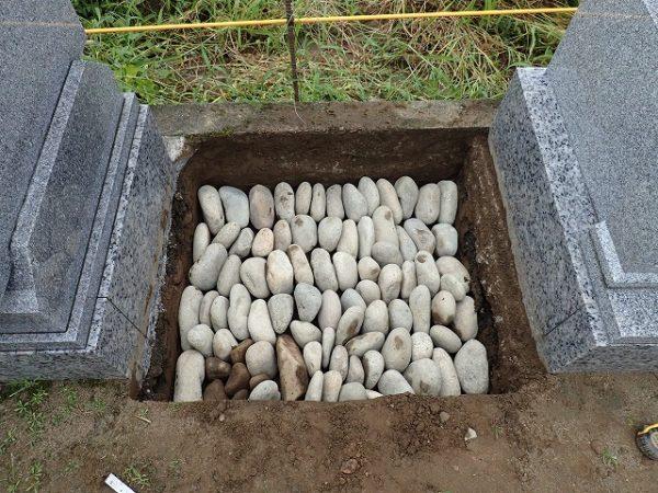 栗石を縦に並べて敷きつめ地盤補強をします昔ながらの工法ですが、実績も有り丈夫な地盤が出来上がりますを