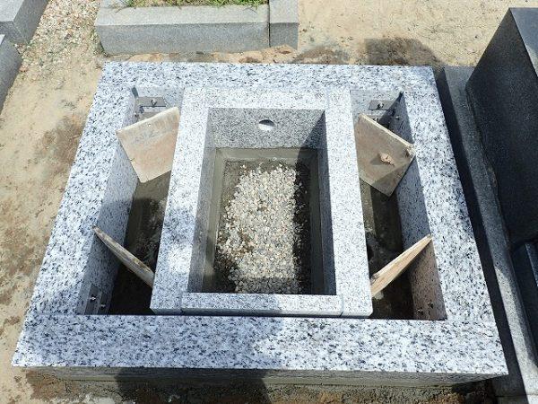御影石納骨室を組みました