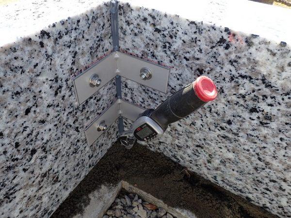 石の繋ぎにはステンレス金具をトルクレンチでしっかり締め付け