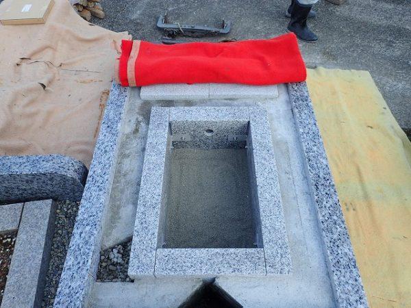 御影石納骨室の中には、洗い砂が入れてあります