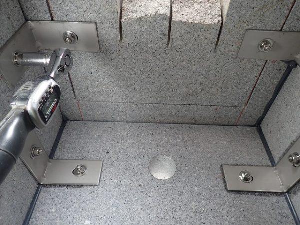 四ツ石と台石もステンレス金具で連結してトルクレンチで締めます