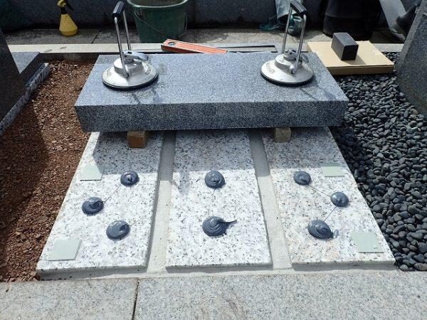 補強石の上に墓誌も組みます