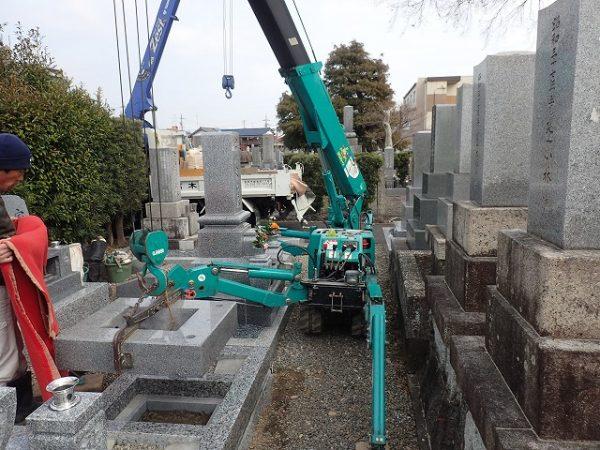 小型クレーンを使ってお墓を組みました