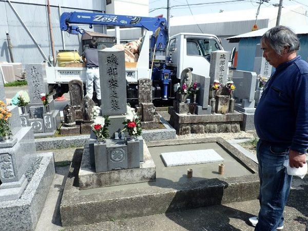 小手で押さえて墓誌の補強工事完了