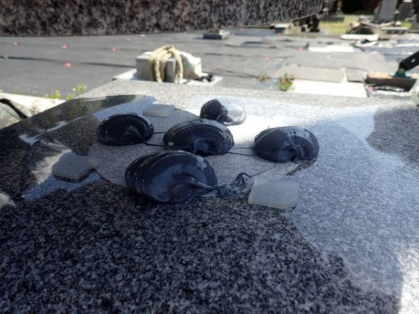 台石も免震シリコン+免震接着剤施工で地震対策施工