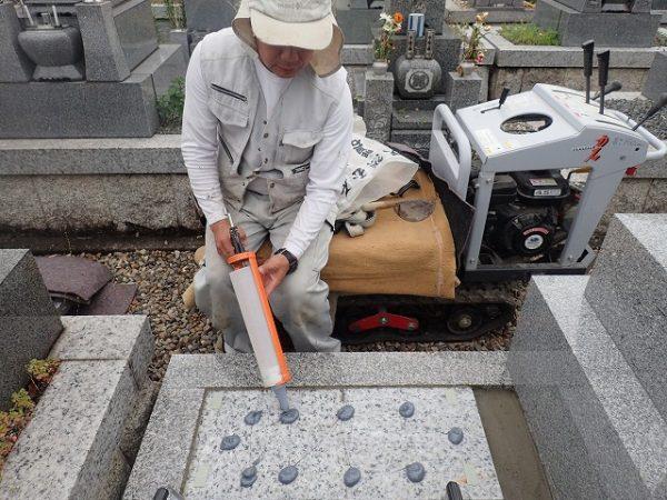 墓誌の補強に耐震接着剤を使って墓誌を組みます