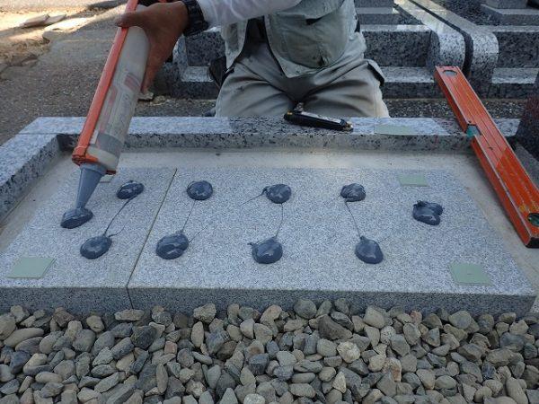 墓誌の補強石に接着