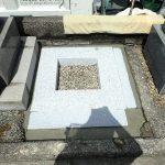 隙間に、コンクリートをつめて御影石納骨室工事の完了
