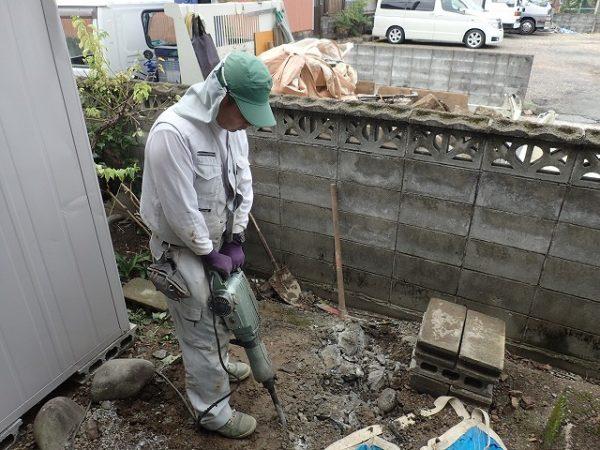 下のコンクリートを割って回収します