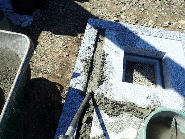 隙間にコンクリートを入れて固定