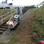 小型運搬車を使って階段を上り下りします