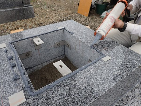 御影石納骨室中には洗い砂をひいてあります
