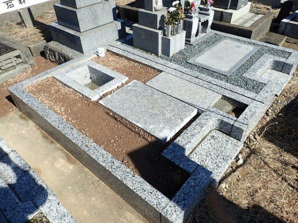 お墓の前に拝石をひきました