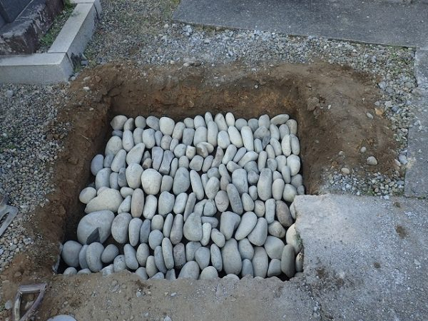 栗石を縦に並べて敷きつめ地盤補強をします昔ながらの工法ですが、実績も有り丈夫な地盤が出来上がります