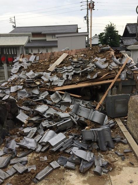 台風で倒壊した地蔵堂の下敷きになったお墓