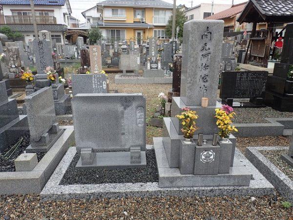 このお墓の後ろに墓誌を追加します