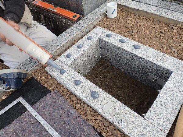 お墓は免震シリコン+免震接着剤施工で地震対策施工
