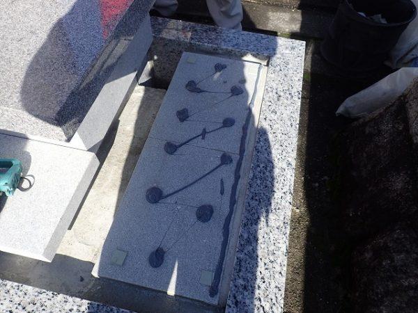 墓誌の補強石に耐震接着剤で固定