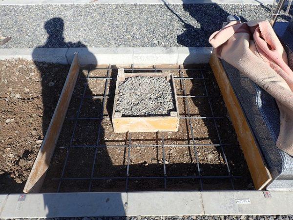 鉄筋を組んで基礎コンクリート