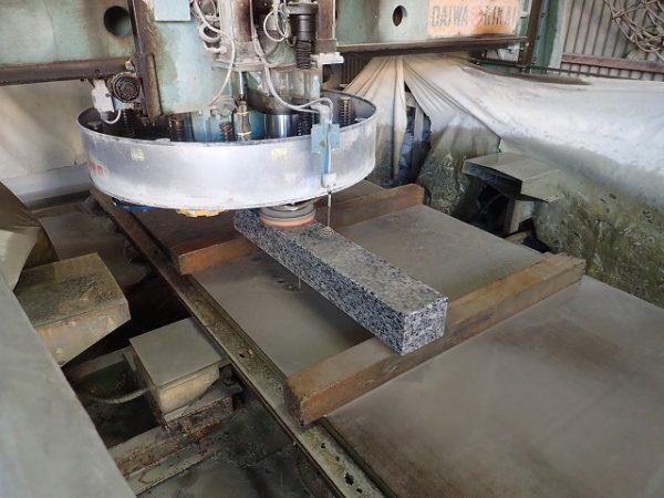 自動研磨機で磨いている岡崎産の足助御影の外柵基礎石