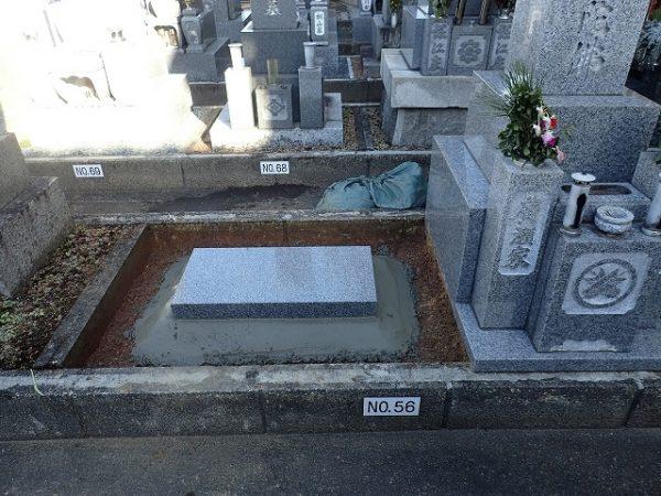墓誌の補強石を組んで、周りをコンクリートでかためます
